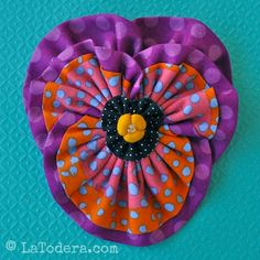 Fabric flower pattern for pansy flowers. Modern kanzashi flower method to make these sunny pansies for art quilts, flower hair clips, flower headbands, and flower brooches. Fabric Flower Pins, Fabric Flower Headbands, Fabric Flower Brooch, Fabric Flower Tutorial, Bow Tutorial, Flower Quilts, Kanzashi Tutorial, Kanzashi Flowers, Diy Flowers
