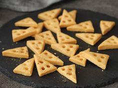 サクサク濃厚! チーズをたっぷり入れて焼き上げる「おつまみチーズクッキー」の作り方3選 - dressing(ドレッシング) No Cook Meals, Crackers, Macaroni And Cheese, Waffles, Food And Drink, Menu, Sweets, Snacks, Cookies
