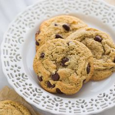 The Best Almond Flour chocolate Chip Cookies - our all-time favorite recipe! Crispy on the outside, soft on the inside and slightly buttery. People tell me all the time they prefer these cookies to their traditional cookie recipes. Keto Cookies, Almond Flour Cookies, Gluten Free Chocolate Chip Cookies, Almond Flour Recipes, Keto Chocolate Chips, Cookies Et Biscuits, Almond Flour Desserts, Almond Flour Baking, Low Sugar Cookies