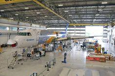 Maior avião brasileiro, Embraer E195-E2 está quase pronto -   O primeiro jato Embraer E195-E2, o maior da nova série E-Jets 2, está na fase final de montagem na fábrica em São José dos Campos (SP). A empresa completou neste mês a junção das asas na fuselagem e a instalação de parte dos sistemas. Segundo a fabricante, a aeronave será apresentada aind - http://acontecebotucatu.com.br/geral/maior-aviao-brasileiro-embraer-e195-e2-esta-quase-pronto/