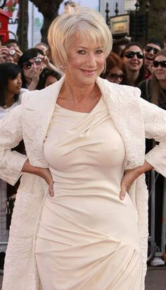 A beautiful treat for Gord to eat Bella gtk - Helen Mirren Sexy Older Women, Old Women, Dame Helen, Beautiful Old Woman, Drop Dead Gorgeous, Ageless Beauty, Jolie Photo, Celebs, Celebrities