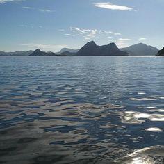 Imagens da Baía de Guanabara durante a expedição mensal de monitoramento da qualidade de água...  #aboutrio #agua #analisedeagua #baiadeguanabara #brindeaorio #cariocandonorio #desbravandorio #errejota #eusoubg #eusourio #guanabara #guanabarabay #labhidroufrj #porainorio #praiario #praiarioapp #registrosdorio #riodejaneiro #rioeuamoeucuido #ufrj #universorio #visitrio #wanderlust #momentobg