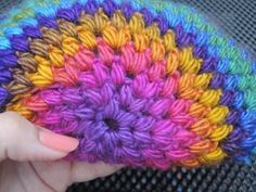 Wil je een muts haken? Ik heb een erg simpel patroon, zeer geschikt voor de beginnende haakster en zelfs voor kinderen die leren haken! Crochet Pattern Free, Crochet Butterfly Pattern, Crochet Scarves, Crochet Yarn, Crochet Stitches, Crochet Dreamcatcher, Crochet Shell Stitch, Newborn Crochet, Mardi Gras