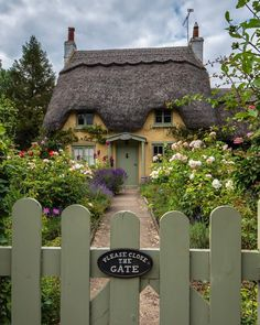 Rose Cottage is a beautiful chocolate box cottage in the the village of Honington England. Honington, Warwickshire is an English hamlet and… Fairytale Cottage, Garden Cottage, Rose Cottage, Cottages Anglais, English Country Cottages, Cottage Style Homes, Cottage Design, Thatched Roof, Garden Gates