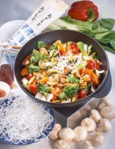 Wok-Gemüse mit knusprigen Glasnudeln Rezept: Porree,Möhren,Paprikaschoten,Chinakohl,Champignons,Öl,Glasnudeln,Sesam,Sesamöl,Sojasoße,Oelek,Salz