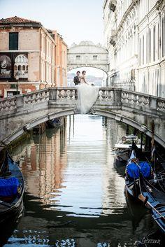 #weddingstories #italy #venice #mood #dailyweddinginspiration #bridestyle #weddingdressinspo #weddingideas #weddingphotographer #weddingsession #weddingdress #photographyitaly #onthebridge #flowers #bouquet #colorful #fotosceny Tuscany, Weddingideas, Venice, Like4like, Bouquet, Wedding Inspiration, Wedding Photography, Italy, Photoshoot