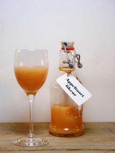 Zelfgemaakte appeltaartlikeur is het perfecte likeurtje voor bij de zondagse appeltaart of ´s avonds bij een kopje thee! Cocktail Drinks, Fun Drinks, Alcoholic Drinks, Beverages, Happy Drink, Homemade Liquor, Dutch Recipes, Limoncello, Fabulous Foods