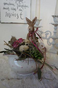 Eine zuckersüße alte Sauciere dient als Bett für einen wunderschönen Hasen, der sich fürs Fest aufgehübscht hat und sich nun Tafelfein auf seinen Auftritt freut.... länge ca. 22 cm Höhe ca. 24 cm