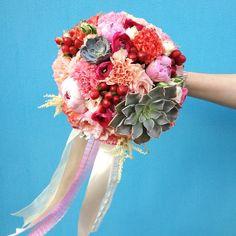 Нежный и в тоже время яркий букет невесты с пионами, гвоздиками, ранункулюсами, ягодками, розами и суккулентами www.lacybird.ru/ #bridalbouquet #wedding #flowers