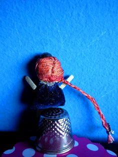 """Permítanme presentarles mi primer muñeca de trapo miniatura, de una colección llamada """"Desearía estar en el País de las Maravillas"""". Let me introduce my first miniature rag doll from a collection called """" I wish to be in Wonderland""""(BACK). By Georgina Verbena"""