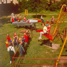 Betriebskindergarten der Plauener Maschinen AG, 1974. Kinder an Spielgeräten im Garten. | Bildrechte: dpa