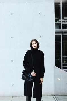 Elisa from the Fashion- and Lifestyleblog www.schwarzersamt.com shows a minimalistic autumn winter layering look in all black. The highlight are the silver flats from Asos. The leather pants are from Forever 21, the rollneck jumper from H&M Studio Collection and the acne lookalike scarf from topshop. It's a perfect cozy winterlook with a lot of layers.