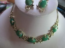 VINTAGE SET THERMOSET NECKLACE PRETTY GREEN & RHINESTONE MATCHING EARRINGS