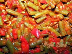 Zacusca de fasole verde pentru iarna Canning Recipes, My Recipes, Romanian Food, Romanian Recipes, Canning Pickles, Pastry Cake, Kung Pao Chicken, Green Beans, Easy Meals