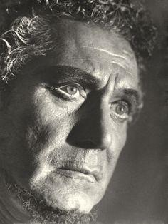 Ramón Vinay, es el único chileno que ha cantado en el festival de Bayreuth, Alemania. Ya era famoso por su singular interpretación del celoso moro en Otello – rol que representó en todos los grandes teatros – cuando actuó por primera vez en Chile, en 1948. Para su última actuación, en 1969, eligió el Municipal de Santiago, donde Caracterizó a Yago en la cuerda de barítono  y en el último acto, encarnó a Otello como tenor.