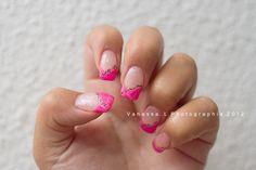 Pose en gel sur ongles naturels, déco rose fluo - ligne paillette noir/champagne - finition rainbow un doigt sur deux