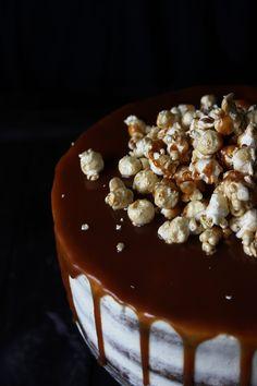Шоколадный торт с соленой карамелью и попкорном | Кулинарный блог Розмарин
