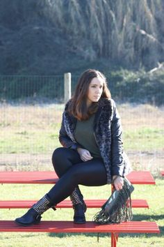Tante news e un nuovo outfit rivisitato #angieclausblog #newpost #newoutfit #fashion #fashionblogger #streetstyle #sweater #hm #leggings #calzedonia #ecopelle #pelliccia #folia #showroomprive #animalier #trend #musthave #look #lookbook #bag #lafatascalza #italianfashionblogger #frange  http://angieclausblog.com/2015/01/29/tante-news-e-un-nuovo-outfit-rivisitato/