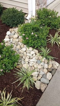 Stunning Front Yard Rock Garden Landscaping Ideas - Designing a front yard is usually about accessibility and invitation. We spend hardly any time in the front yard as opposed to the backyard, but it is. Landscaping With Rocks, Front Yard Landscaping, Backyard Landscaping, Easy Landscaping Ideas, Mulch Ideas, Landscaping Borders, River Rock Landscaping, Landscaping Around House, Country Landscaping