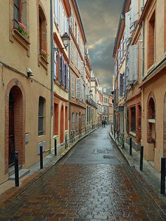 The Rue du Sénéchal in Toulouse, on a rainy day  Ken Harvey