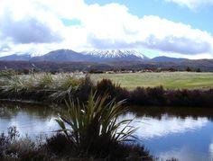 Nueva Zelanda 01 Parque Nacional de Tongariro En 1993, Tongariro pasó a ser el primer sitio inscrito en la Lista del Patrimonio Mundial con arreglo a los nuevos criterios aplicables a los paisajes culturales. En efecto, las montañas situadas en el corazón de este parque nacional tienen un importante significado cultural y religioso para el pueblo maorí, ya que simbolizan los vínculos espirituales que éste mantiene con la naturaleza.