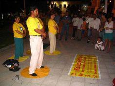 13/12/2007: Demostrando los ejercicios en una plaza de Iquitos.