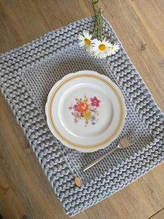 Crochet Kitchen, Crochet Home, Crochet Gifts, Knit Crochet, Yarn Crafts, Diy And Crafts, Crochet Designs, Crochet Patterns, Modern Placemats