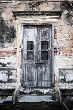 Garden Doors, Garden Gates, Door Entryway, Cool Doors, Door Knockers, Wabi Sabi, Doorway, Windows And Doors, Pretty Pictures