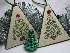 Cross Stitch Christmas Ornaments, Christmas Cross, Felt Ornaments, Holiday Ornaments, Christmas Diy, Christmas Decorations, Cross Stitch Designs, Cross Stitch Patterns, Family Ornament
