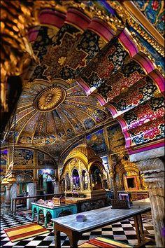 El interior del templo Jain Digambar Lal Mandir, el templo Jain más antigua y más conocida en Delhi, India.