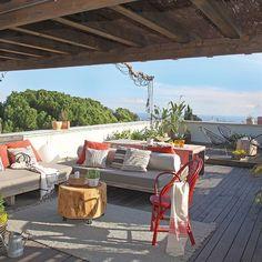Con tan solo 50 m2, esta casa parece mucho más amplia gracias a las interesantessoluciones decorativas. A su encanto se suman los 25 m2 de terraza con vistas a Barcelona y al Mediterráneo.