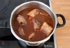 Agregar el caldo y el vino tinto al rabo de toro Caldo, Oxtail Recipes, Beef Recipes, One Pot Dinners, Red Wine Sauces, Beer Chicken