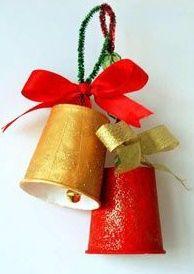 Knutselen; kerstklokjes van bekers