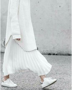 oversized sweater//accordion pleats//trainers//arctic white