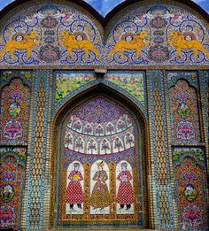 شیراز ، باغ نارنجستان ، نارنجستان ِ قوام ,Bagh-e Naranjestan is Shiraz's smallest garden and is famous as the setting for the opulently decorated Naranjestan-e Ghavam pavilion, built between 1879 and 1886, as part of a complex owned by one of Shiraz's wealthiest Qajar-era families. The pavilion's mirrored entrance hall opens onto rooms covered in a breathtaking combination of intricate tiles, inlaid wooden panels and stained-glass windows.