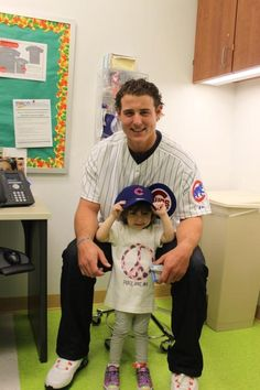 Anthony Rizzo visiting the Children's Hospital Chicago Cubs Pictures, Chicago Cubs Fans, Chicago Cubs Baseball, Baseball Boys, Chicago Blackhawks, Baseball Players, Cub Sport, Sport Man, Cubs Players