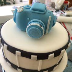 Pastel en Fondant con diseño de cámara fotográfica en pasta de goma