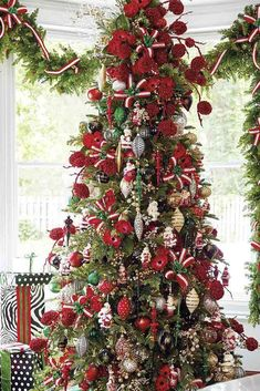 24 Awesome Christmas Tree Decorating Ideas ★ Newest Christmas Tree Decorating Ideas picture 4 ★ See more: http://glaminati.com/awesome-christmas-tree-decorating-ideas/ #christmastrees #christmastreedecor #christmastreeideas