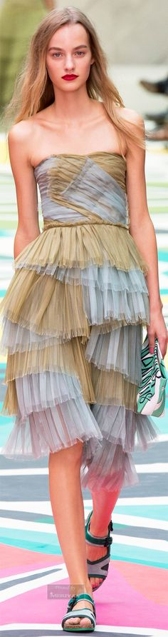 Catwalk photos and all the looks from Burberry Prorsum Spring/Summer 2015 Ready-To-Wear London Fashion Week Fashion Week, Love Fashion, Runway Fashion, High Fashion, Fashion Show, Fashion Design, London Fashion, Burberry Prorsum, London Spring