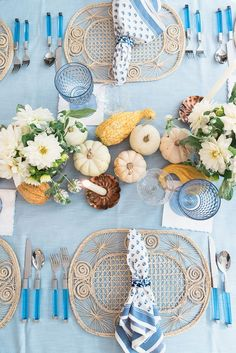 This blue and white thanksgiving table is getting me very excited for the Holidays this year! We could all use a super dressy thanksgiving tablescape.