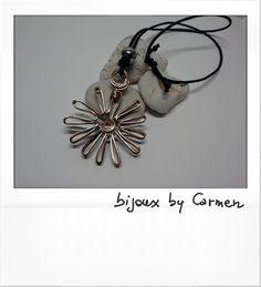 ciondolo fiore wire realizzato con fettuccia di alluminio color bronzo