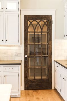 20 Vintage Home Decor Ideas 2019 this looks like it goes to a pantry but maybe we could do something similar with the door to the basement? The post 20 Vintage Home Decor Ideas 2019 appeared first on House ideas. Rustic Kitchen, New Kitchen, Kitchen Decor, Kitchen Ideas, Vintage Pantry, Vintage Kitchen, Glass Pantry Door, Kitchen Pantry Doors, Kitchen Pantries