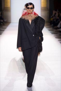 Guarda la sfilata di moda Dries Van Noten a Parigi e scopri la collezione di abiti e accessori per la stagione Collezioni Autunno Inverno 2018-19.