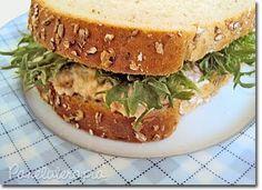 Sanduíche Natural  Recheio: 1 lata de atum  escorrida (usei o atum em água que é mais light do que o em óleo); 1 cenoura pequena ralada; 2 colheres (sopa) de salsinha picada; 1 colher (café) de tempero completo (se preferir use sal e pimenta); 1 colher (sopa) de mostarda; 4 colheres (sopa) de maionese light (eu uso creme de ricota da Tirolez, acho mais suave).