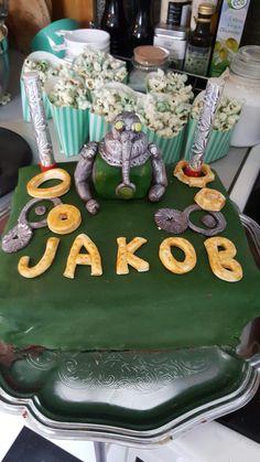 Robot-kake Taurus og grønt popcorn Robot cake made of marshmallow fondant.