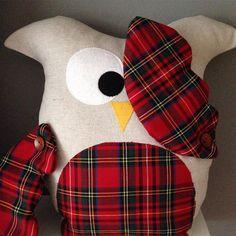 """""""Çekmesene kardeşim! Bir de rafa koydunuz saksı gibi !!! Ah İskoçya, ah gölgeli topraklarım... Özlüyorum seni."""" Nuigurumiler Baby Muu'da 😍 #nuigurumi #baykuş #bebekhediyesi #oyuncak #yastık #bebek #ekose #yeniyıl #yılbaşı #christmas #çocuk #hediye #cute #owl"""
