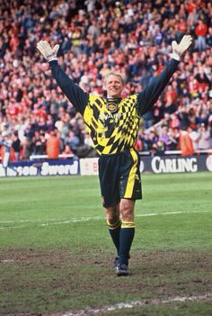 Schmeichel, our greatest ever 'keeper? MUFC ambassador and all-round club legend! Football Fever, Football Icon, Best Football Players, Football Soccer, Manchester United Images, Manchester United Players, Peter Schmeichel, Football Accessories, Soccer Photography