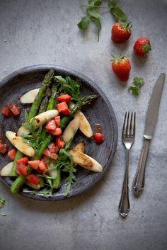 Gebratener Spargel mit Tomaten-Erdbeer-Chutney | Foodlovin'