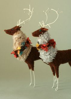 These are pretty classy looking reindeer. by trista. Christmas Love, Christmas Crafts, Christmas Ornaments, Christmas Holidays, Felt Decorations, Christmas Decorations, Wool Dolls, Reno, Felt Hearts
