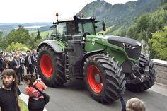 На выставке Agritechnica 2015 огласили победителя конкурса «Трактор 2016 года» - им стала новая флагманская модель 1050 Vario от известного немецкого производителя Fendt.